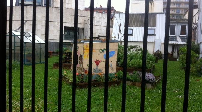 une photo de cabane de jardin colorée prise à Arcueil